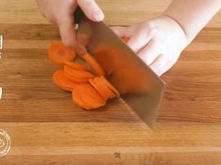 米汤胡萝卜泥6m+宝宝辅食,胡萝卜切片~