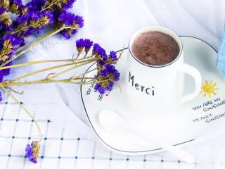 紫米核桃乳,秒杀市售一切甜腻腻饮料,喝了全身舒畅。现在基本都是破壁豆浆机,打出来的米糊特别细腻,喝不出颗粒感。