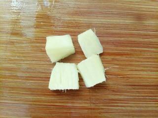 青椒炒猪肝,去皮好的姜再切小块