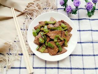 青椒炒猪肝,出锅,装盘子