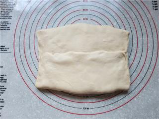 """新网宠面包""""白富美""""净净包,两边的面片折过来,将面团的接缝处捏紧使图片"""