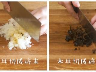 双耳山楂羹12m+宝宝辅食,银耳、木耳分别切成碎末,越碎越好~