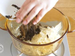 双耳山楂羹12m+宝宝辅食,锅里依次放入银耳碎、木耳碎、山楂丁,加清水漫过食材开始煮