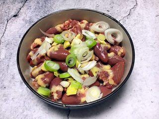 孜然烤鸡心串,腌制鸡心时先放入葱姜。