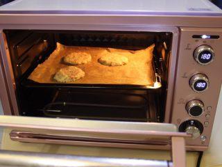 莲藕肉饼,将烤盘放入烤箱中