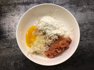 莲藕肉饼,藕中加入猪肉、鸡蛋、面粉