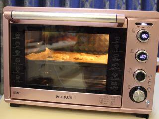 莲藕肉饼,关上烤箱门,上下管180度烤28分钟