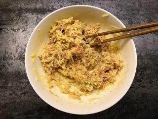 莲藕肉饼,用筷子搅拌均匀