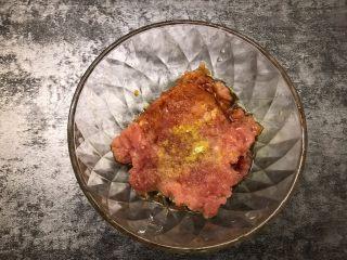 莲藕肉饼,加入适量生抽、盐和胡椒粉搅拌均匀