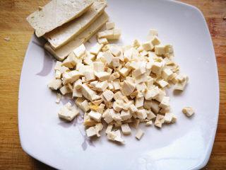 韭菜盒子,豆腐焯水去掉豆腥味,切成小丁,