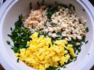 韭菜盒子,将韭菜,虾皮,鸡蛋,豆腐,盐,鸡精,油放在一起搅拌均匀,