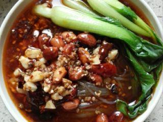 开胃解馋的酸辣粉,加入几勺红油辣子,放上油菜,好吃的酸辣粉就做好了