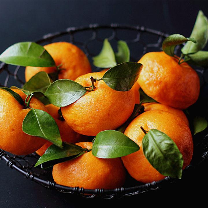 给大家增添些欢乐和趣味~~ 做好的橘子馒头放餐桌上,小朋友从幼儿园回