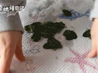 春天到底是什么颜色的,我在饼干中寻找到一抹薄荷绿,1、新鲜薄荷叶摘下来用水冲洗干净后,厨房纸控干水分。
