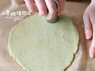 春天到底是什么颜色的,我在饼干中寻找到一抹薄荷绿,8、拿出来用圆形模具切圆,放入预热好的烤箱。175度20分钟左右,表面刚开始上色就可以了。