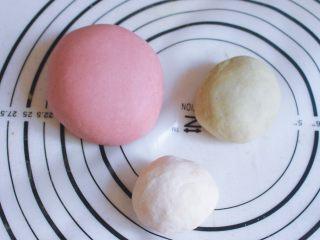 辅食计划 西瓜馒头,面粉和奶粉混合均匀后分成 200克、50克、50克三份,按照比例200克面粉中加入酵母2克、2勺红曲米粉和40克水,50克面粉中加入10克菠菜汁和0.5克酵母,另外50克面粉加入10克水和0.5克酵母,分别混合均匀后揉成光滑的面团室温发酵2个小时至2倍大。