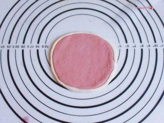 辅食计划 西瓜馒头,取白色的面团一点点,搓成长条状,沾一点清水粘在红色圆片外面一圈