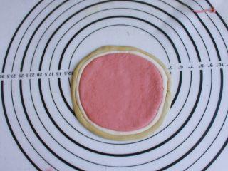 辅食计划 西瓜馒头,同样的方法,绿色的面团搓成长条后粘在白色面团外面一圈,绿色的面团轻轻按扁