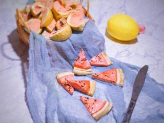 辅食计划 西瓜馒头,蒸熟之后切开食用,圆形的也直接像切西瓜一样切开,宝宝很喜欢~