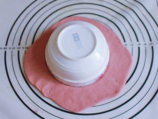 辅食计划 西瓜馒头,取一个碗,在红曲面团上用碗口按一个圆