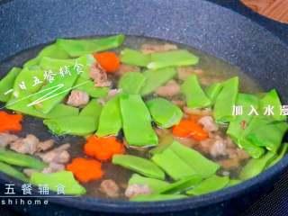 牛肉豆角焖面,加入水漫过豆角,加些盐、生抽调味。