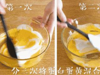 手指饼干12m+,分三次将蛋白、蛋黄混合,每一次都要切拌均匀~