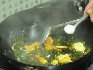 地皮菜炒鸡蛋,撒入盐