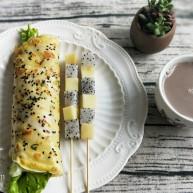 鸡蛋生菜卷饼+水果串+核桃芝麻糊营养早餐
