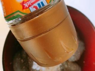 以茶入膳,绿茶芦笋虾,加入胡椒粉