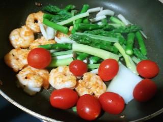 以茶入膳,绿茶芦笋虾,加入焯水过的芦笋、蟹味菇、芹菜,和小西红柿,翻炒