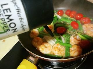 以茶入膳,绿茶芦笋虾,加入冲泡开的龙井茶叶,撒上盐、柠檬蒜头粉