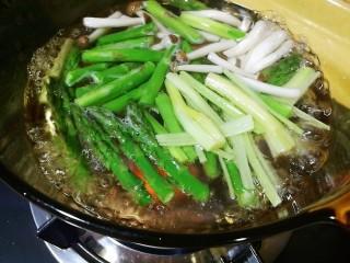 以茶入膳,绿茶芦笋虾,锅中加水大火烧开,加入一小勺盐、油,加入芦笋、蟹味菇、芹菜,水滚即快速捞出,过凉水沥干