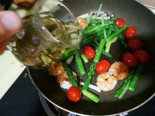 以茶入膳,绿茶芦笋虾,改大火,加入龙井茶汤,一股清香扑鼻而来