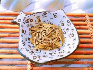 以茶入膳,绿茶芦笋虾,准备好龙井茶