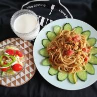 鸡蛋柿子意面+蔬菜沙拉+热牛奶