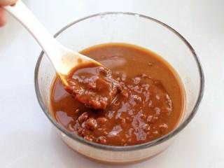 炸酱面,将黄豆酱和甜面酱混合放入碗中,再放入清水搅拌均匀,因为酱比较干,所以要用水稀释成可以流动的状态