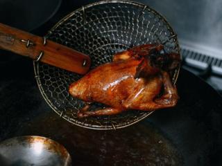 港式脆皮鸡,10. 炸5分钟左右即可起锅