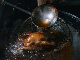 港式脆皮鸡,9. 热油炸,小火,油温不要太高。
