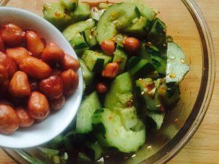 凉拌菜~拍黄瓜,放入花生米