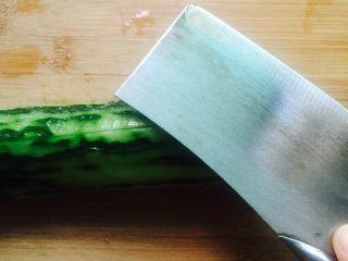 凉拌菜~拍黄瓜,用刀背在黄瓜上面拍几下