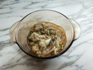 #做妈妈的拿手菜#爆炒鱿鱼,抓拌均匀,(可以戴一次性手套)腌制45分钟。