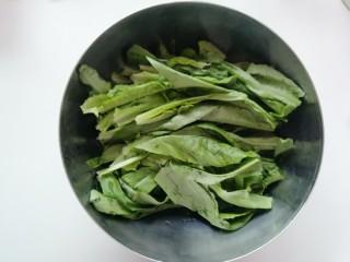 豆豉鲮鱼油麦菜,油麦菜洗净沥干水份备用。