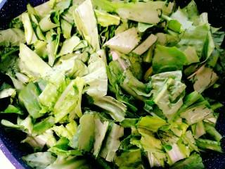 豆豉鲮鱼油麦菜,将豆豉鲮鱼罐头翻炒一分钟,闻到香味后,倒入沥干水份的油麦菜。