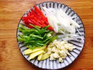爆炒蛏子,将葱姜切片,大蒜拍扁剁碎,青红椒切丝备用。