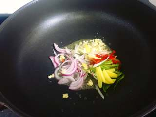 爆炒蛏子,油锅烧热,放入葱姜蒜、青红椒和洋葱爆炒一小会。