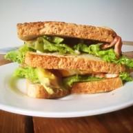 培根牛油果煎蛋超级三明治