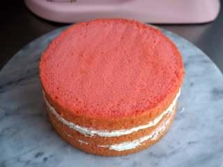 夏季私房热门的西瓜蛋糕,三片蛋糕片之间抹上奶油,一层一层叠上去,最表层不用抹奶油,保持原色。