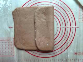 可可面包棒,对折起来,再次擀成长方形