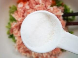 梅花饺,加入适量的盐