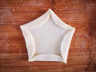梅花饺,均匀的折起五个边
